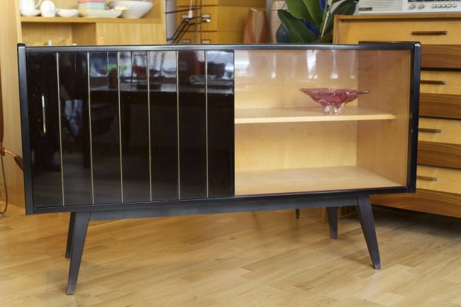 exklusives 50ies vitrinenschr nkchen raumwunder. Black Bedroom Furniture Sets. Home Design Ideas