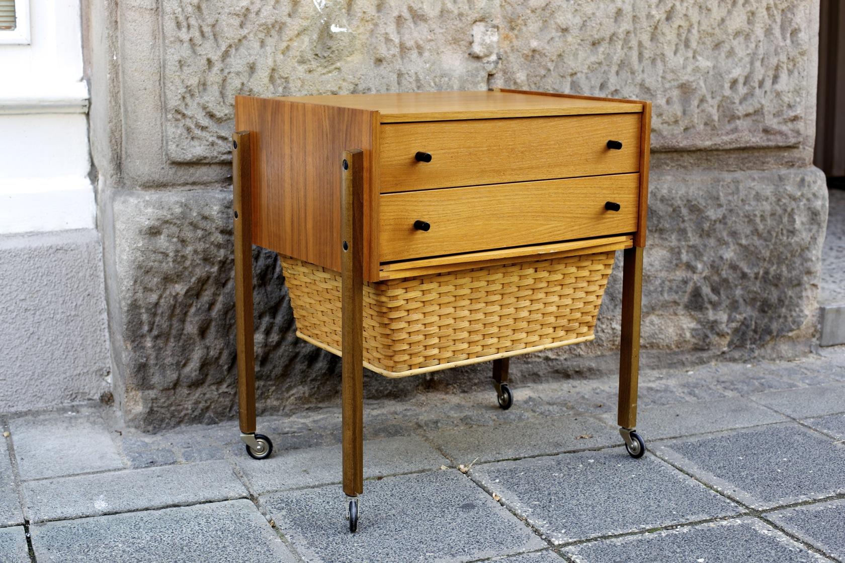 teak n hk stchen mit wollkorb raumwunder vintage wohnen in n rnberg. Black Bedroom Furniture Sets. Home Design Ideas