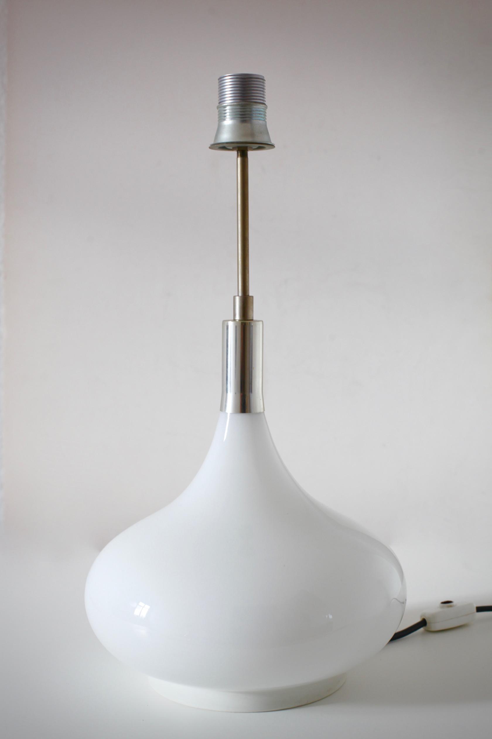 gro e tischlampe von doria mit glasfu raumwunder vintage wohnen in n rnberg. Black Bedroom Furniture Sets. Home Design Ideas