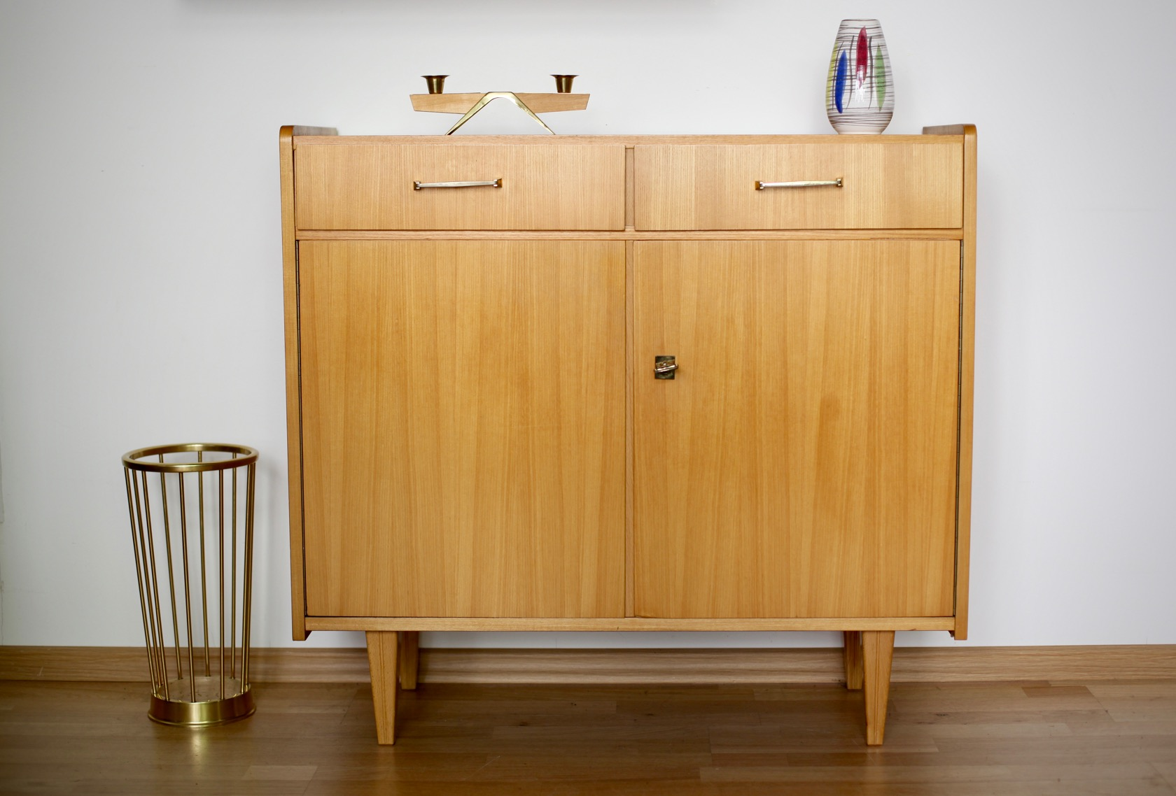 schlichtes 50er jahre sideboard raumwunder vintage. Black Bedroom Furniture Sets. Home Design Ideas