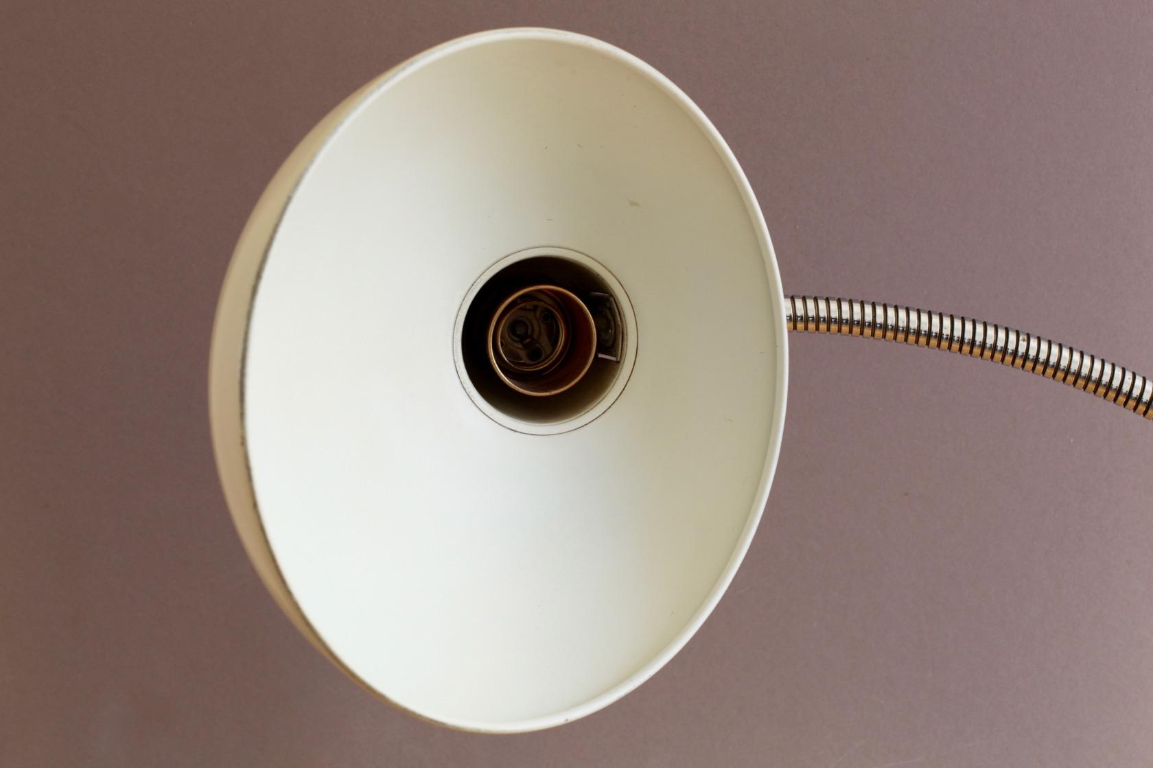 schreibtischlampe von helo leuchten raumwunder vintage. Black Bedroom Furniture Sets. Home Design Ideas