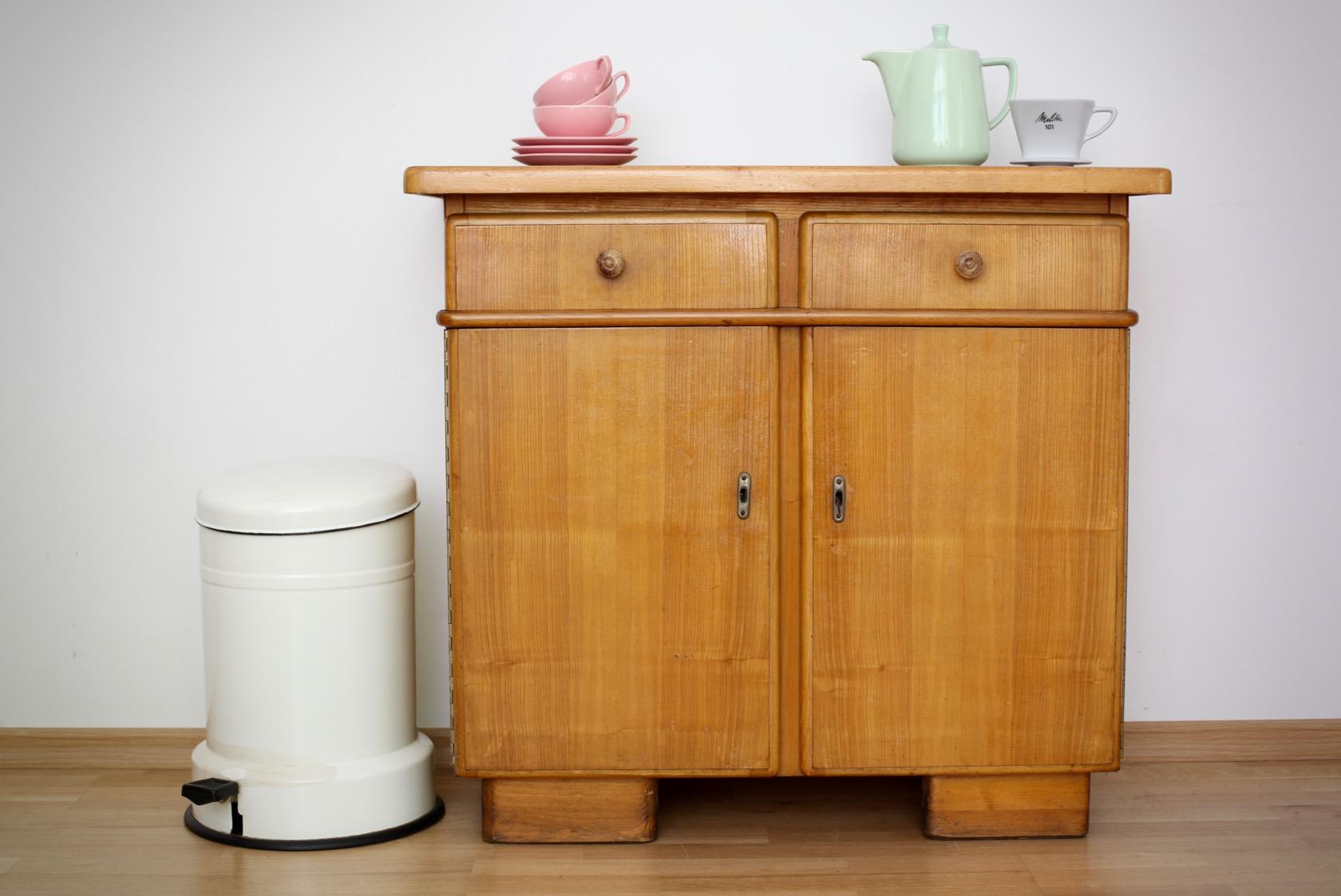 kleiner k chenschrank aus den 50er jahren raumwunder. Black Bedroom Furniture Sets. Home Design Ideas