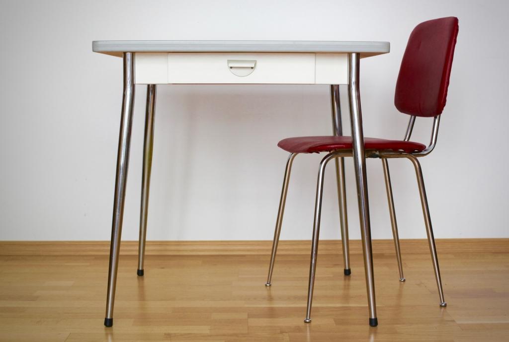 kleiner k chentisch mit stuhl raumwunder vintage wohnen in n rnberg. Black Bedroom Furniture Sets. Home Design Ideas