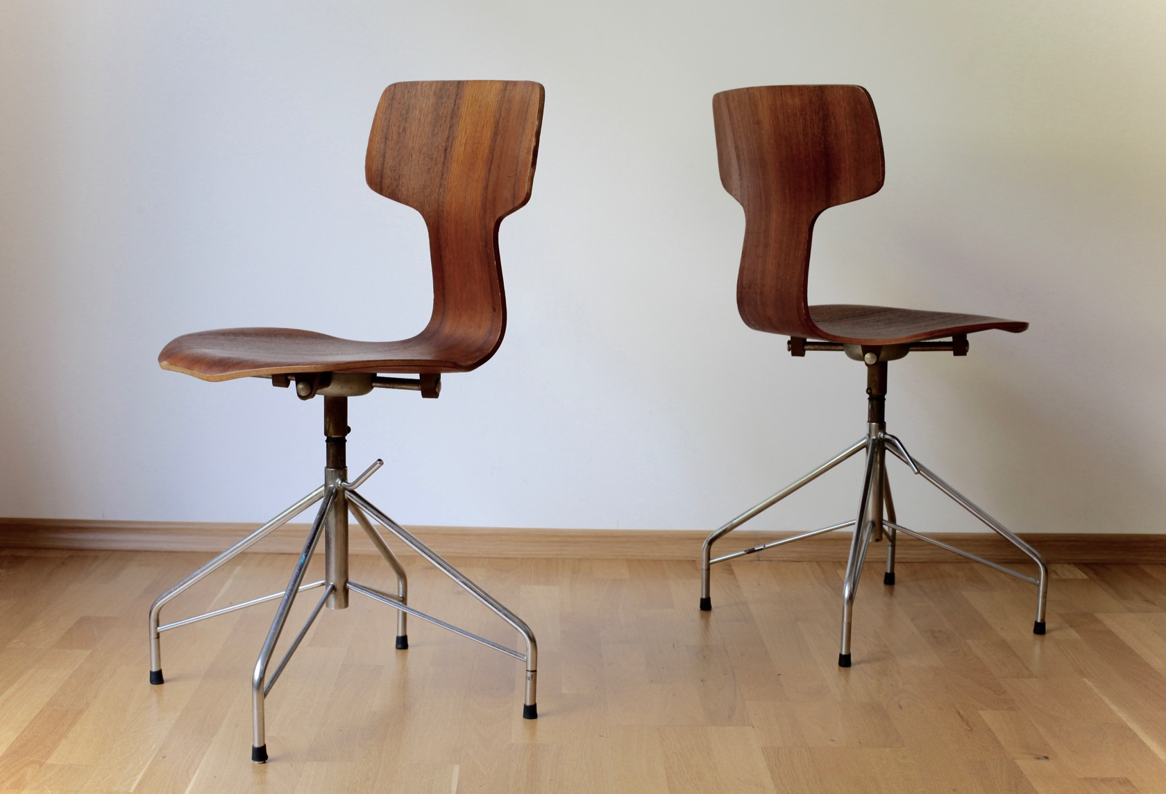 Zwei t chairs von arne jacobsen raumwunder vintage - Arne jacobsen drehstuhl ...
