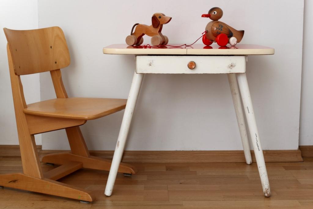 kindertisch mit resopaloberfl che raumwunder vintage. Black Bedroom Furniture Sets. Home Design Ideas
